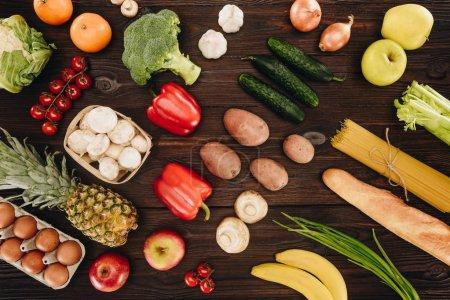 Photo pour Ensemble de légumes et fruits sur table en bois - image libre de droit