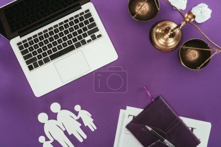 vista superior del lugar de trabajo empresarial con el concepto de seguro familiar en la superficie púrpura