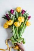 """Постер, картина, фотообои """"обрезанное вид лица букет тюльпанов весной на Международный женский день"""""""
