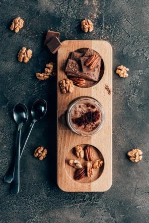 Photo pour Vue de dessus du sucré délicieux desserts au chocolat aux noix sur fond noir - image libre de droit