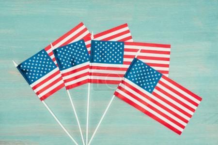 Photo pour Couché plat avec des drapeaux américains disposés sur une surface en bois bleu, concept de jour des présidents - image libre de droit