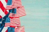 """Постер, картина, фотообои """"вид сверху аранжированное американских флагов на синий деревянной столешницей, президенты день концепции"""""""