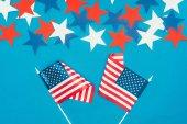 """Постер, картина, фотообои """"вид сверху расположенных звезд и американские флаги, изолированные на синий, концепция празднования день президентов"""""""