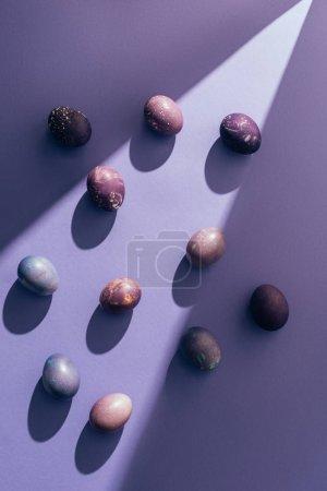 Photo pour Oeufs violets de Pâques sur fond violet avec rayon de soleil - image libre de droit