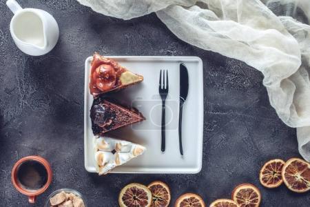 Photo pour Vue de dessus de délicieux morceaux de gâteaux différents sur l'assiette - image libre de droit