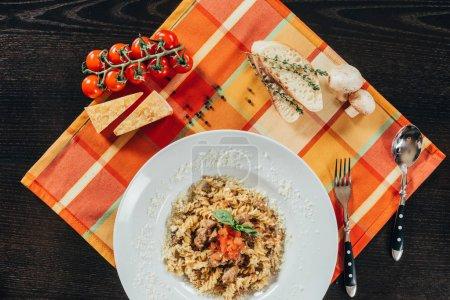 Photo pour Vue de dessus des pâtes avec du rôti de porc sur la plaque sur la serviette de table - image libre de droit