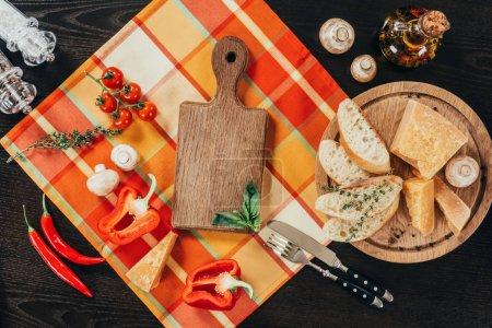 Photo pour Vue de dessus de légumes crus et fromage parmesan sur table - image libre de droit