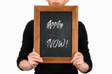 Photo pour Vue partielle de femme tenant conseil avec lettrage appliquer maintenant isolé sur blanc - image libre de droit