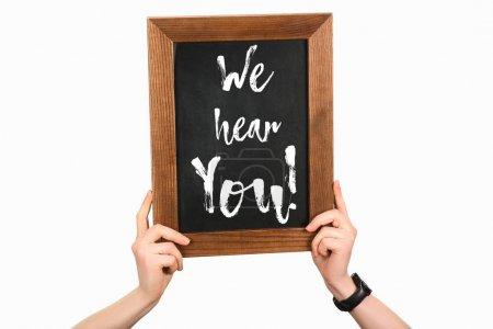 Cropped image des mains de femme tenant Conseil avec le lettrage, nous entendons que vous isolé sur blanc