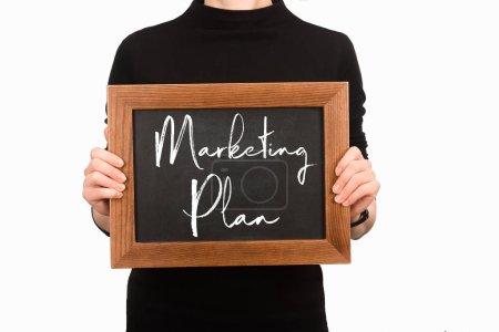 Photo pour Vue partielle de la femme tenant conseil avec lettrage plan de marketing isolé sur blanc - image libre de droit