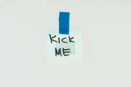 Photo pour Vue rapprochée de la note avec lettrage kick me et ruban adhésif isolé sur gris, avril fools concept jour - image libre de droit