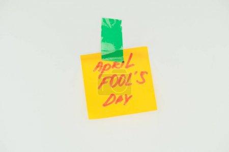 Photo pour Bouchent la vue de la note avec avril fools jour bande de lettrage et collante isolé sur fond gris, avril fools concept jour - image libre de droit