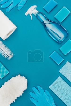 Foto de Vista superior de limpieza herramientas aisladas en azul - Imagen libre de derechos