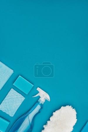 Photo pour Vue de dessus de se laver les éponges et vaporisateur isolé sur bleu - image libre de droit