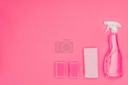 vue de dessus du lavage rose éponges, chiffon et le spray bottle isolé sur pink