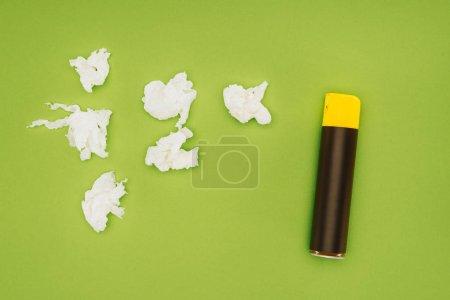 Photo pour Vue de dessus de flacon pulvérisateur et serviettes froissés isolés sur vert - image libre de droit