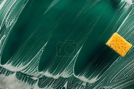 Foto de Vista superior de lavar la esponja y la espuma en superficie sucia - Imagen libre de derechos