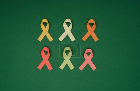 Photo pour Vue de dessus de l'arrangement des rubans colorés isolés sur la surface verte, concept de journée mondiale de la santé - image libre de droit
