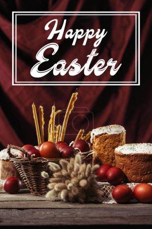 Photo pour Heureuse inscription de Pâques dans le cadre, gâteaux de Pâques, oeufs de poulet peints et bougies sur la table - image libre de droit