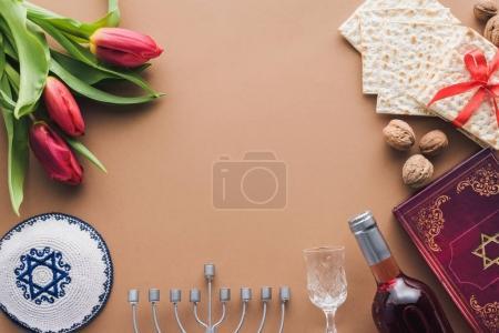 Photo pour Vue du haut du livre traditionnel avec texte en hébreu, menorah et kippah sur la surface brune - image libre de droit