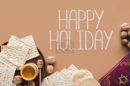 Photo pour Vue du haut du livre traditionnel avec texte en hébreu et souhaits de bonnes vacances - image libre de droit