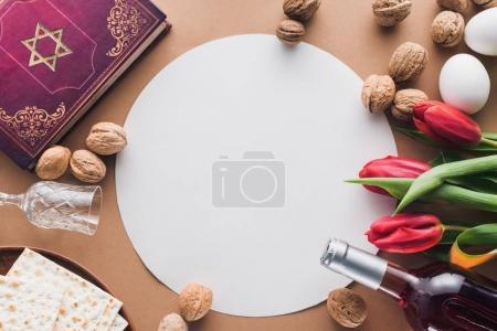Photo pour Vue du haut du livre traditionnel avec texte en hébreu et plaque vierge sur la table - image libre de droit