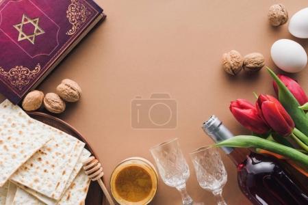 Photo pour Vue du haut du livre traditionnel avec texte en hébreu, miel et matza sur table brune - image libre de droit