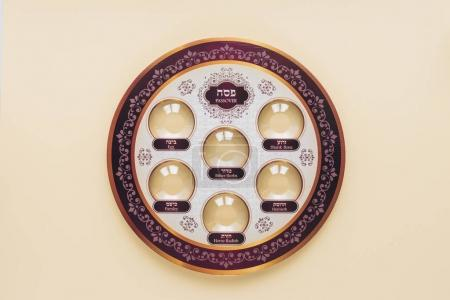 Foto de Vista superior de la placa tradicional del judía aislada en color beige, concepto de la Hagadá de Pésaj - Imagen libre de derechos