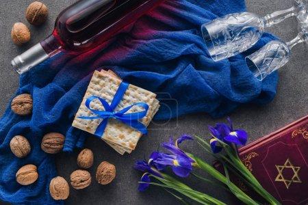 Photo pour Vue du dessus de matza, torah et vin sur la table, concept de vacances juives de la Pâque - image libre de droit