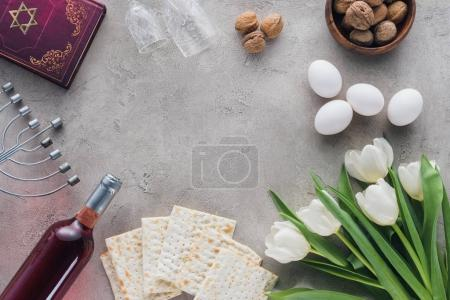 Photo pour Vue du haut du livre traditionnel avec texte en hébreu et matza sur table en béton - image libre de droit