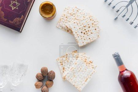 Photo pour Vue de dessus du matza et de la torah sur la surface blanche, concept de célébration Pesah - image libre de droit