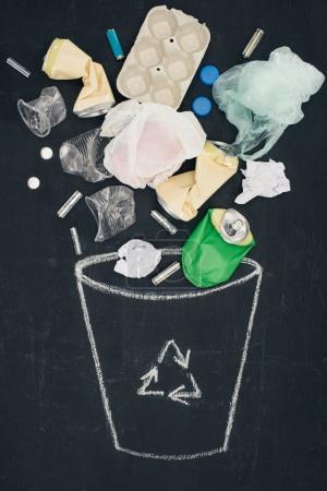 różnego rodzaju śmieci należących do kosza wyciągnąć z kosza znak na tablicy