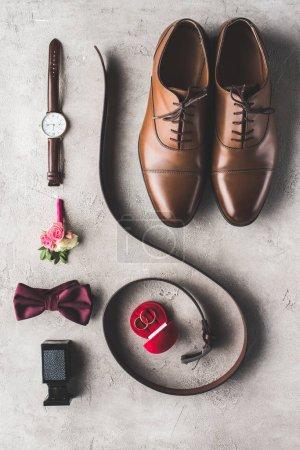 lay plat d'accessoires masculins de mariage pour marié à surface gris