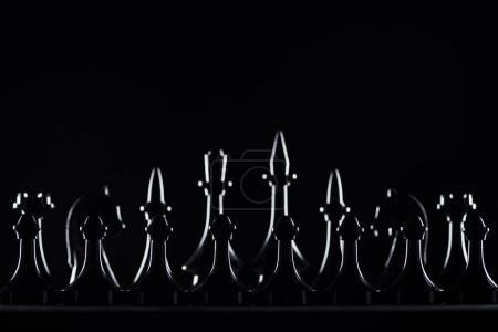 Photo pour Silhouettes de figures d'échecs isolées sur noir, concept d'affaires - image libre de droit