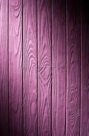 Holzbohlen auf violettem Hintergrund bemalt