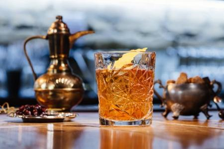 Photo pour Vue rapprochée du verre avec cocktail à l'ancienne sur la table - image libre de droit