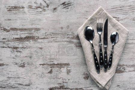 Photo pour Ensemble d'argenterie de dîner avec la serviette sur la table en bois - image libre de droit