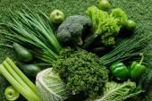 """Постер, картина, фотообои """"вид сверху сырые вкусные зеленых овощей на траве, здоровой еде концепции"""""""