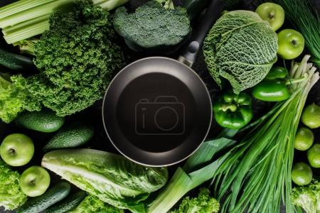 Foto de Vista superior de sartén entre verduras, concepto de alimentación saludable - Imagen libre de derechos