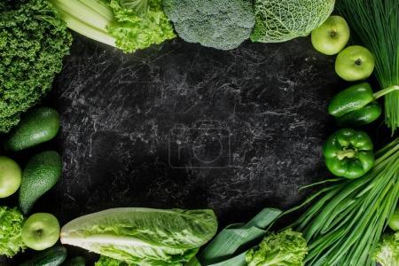 Foto de Vista elevada de vegetales verdes en concreto concepto comer mesa, saludable - Imagen libre de derechos