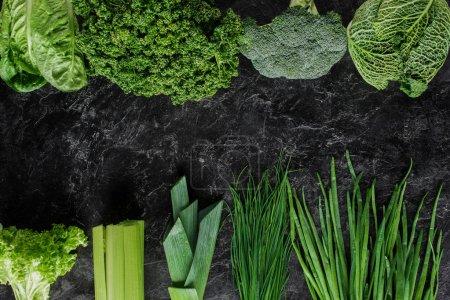 Photo pour Vue de dessus des légumes verts sur table en béton, concept de restauration saine - image libre de droit