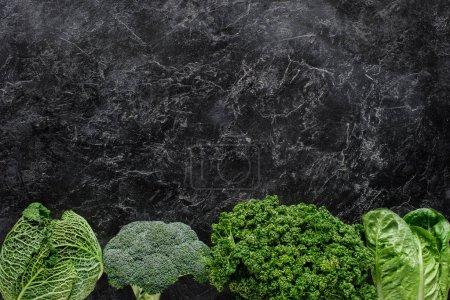 Photo pour Vue de dessus du brocoli, chou frisé et le persil sur table en béton, concept de restauration saine - image libre de droit