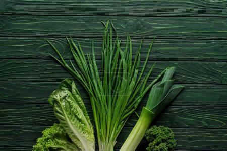 Photo pour Vue de dessus de l'oignon vert, poireau et persil sur table en bois, concept de restauration saine - image libre de droit