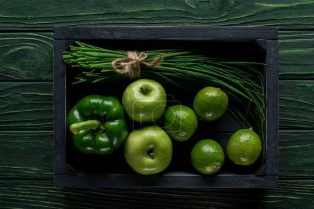 Photo pour Vue de dessus des légumes verts et des fruits en boîte en bois sur table concept manger sain - image libre de droit