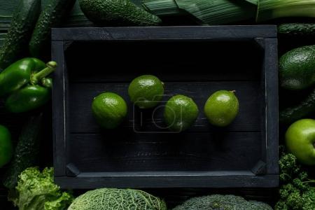 Foto de Vista superior de la cal en caja de madera entre verduras, concepto de alimentación saludable - Imagen libre de derechos