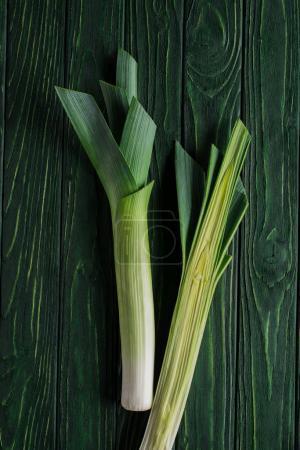 Photo pour Vue de dessus de poireau vert sur la table en bois, concept de restauration saine - image libre de droit