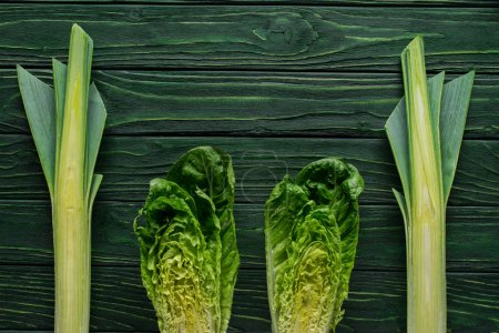 Photo pour Vue de dessus de poireau vert et le chou sur concept repas sur table, en bonne santé - image libre de droit