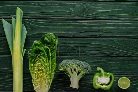 Photo pour Vue de dessus du vert brocoli, poivron et citron vert sur la table, concept de restauration saine - image libre de droit
