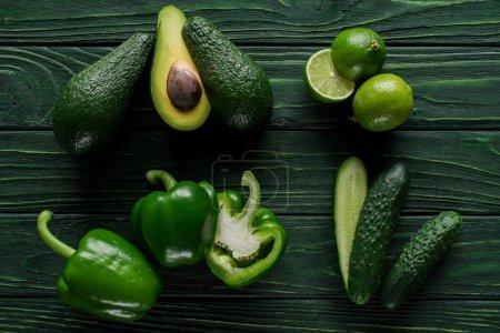 Photo pour Vue de dessus des fruits et des légumes verts coupés sur table en bois, concept de restauration saine - image libre de droit