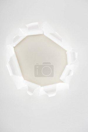 Photo pour Blanc déchiré papier espace de copie en centre - image libre de droit